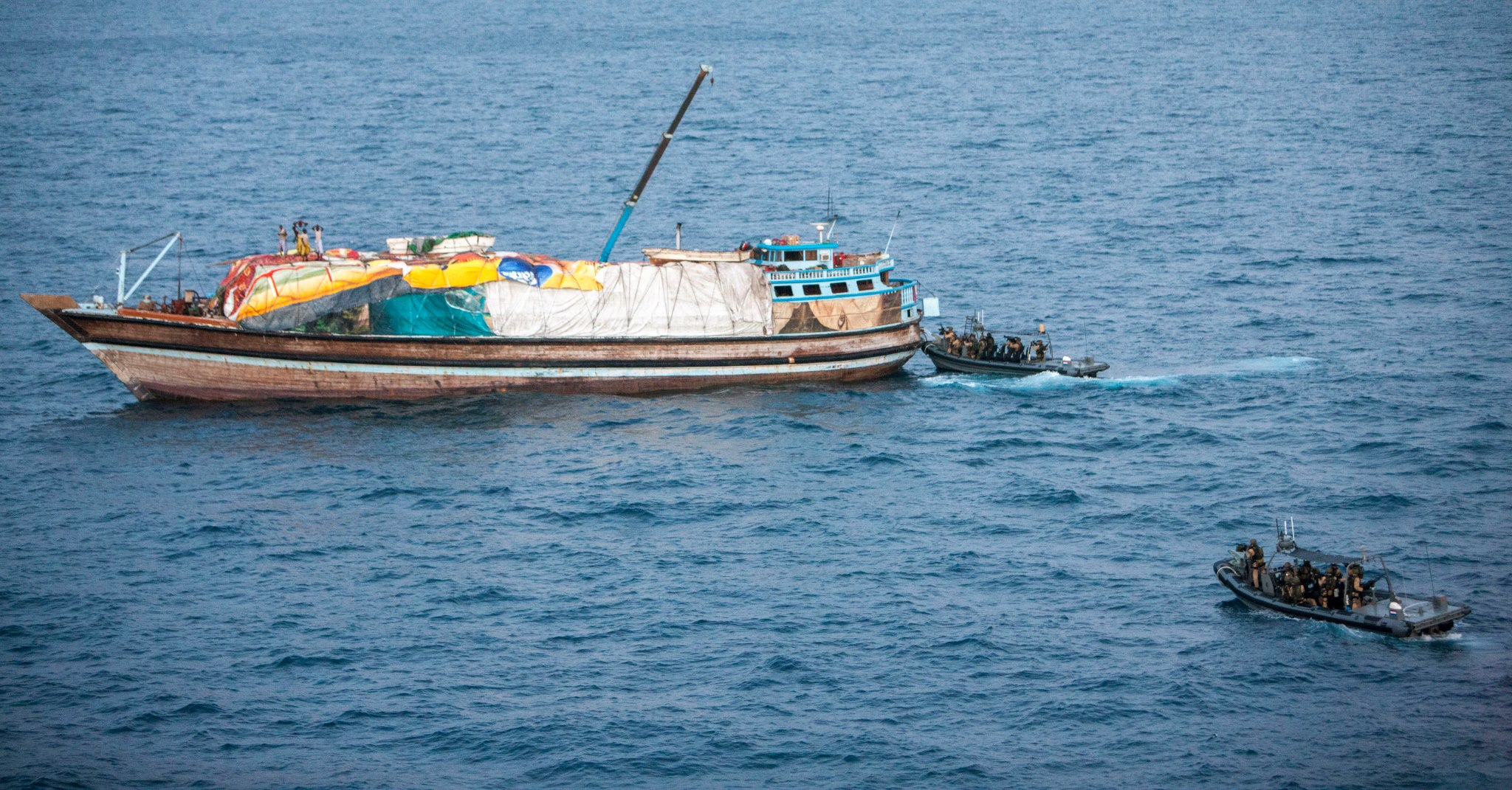 Disrupted dhow; capture 6 pirates - Photo: NATO Oceanshield